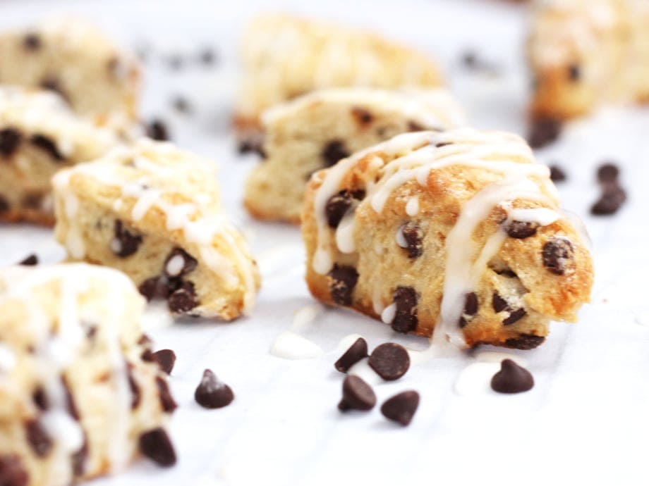 These two-bite chocolate chip mini scones are the perfect pick-me-up you can enjoy in just two bites. And they're only 70 calories! | Recipe by @haleydwilliams