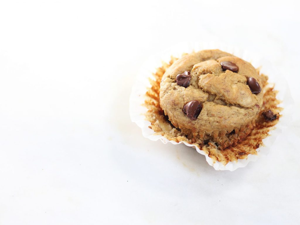 So I tried these healthy banana chocolate chip muffins and I can't get enough! You would never know there's no butter or added sugar in them! | www.ifyougiveablondeakitchen.com