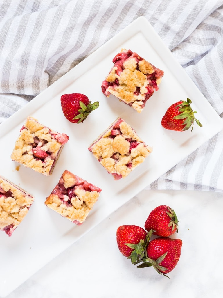 These strawberry crumb bars are made with fresh strawberries and a crumble topping. | www.ifyougiveablondeakitchen.com