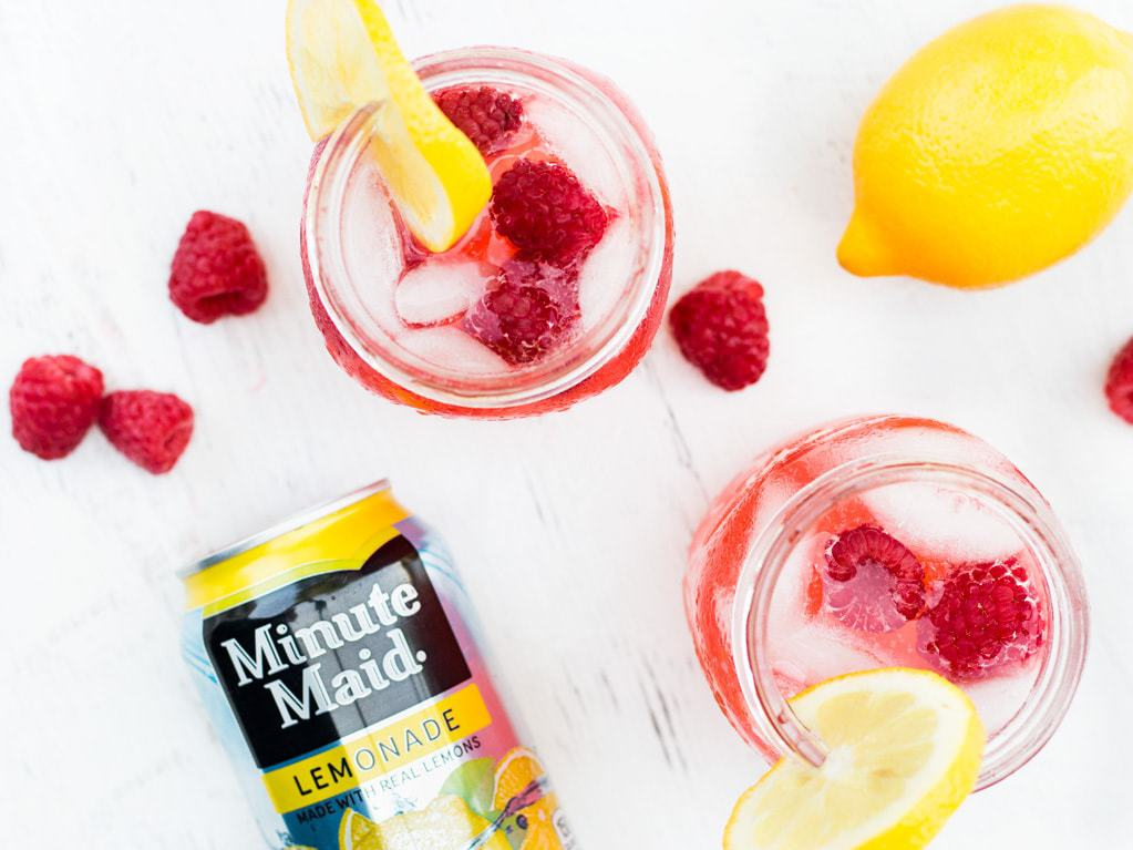 Add raspberry pureé to Minute Maid Lemonade for a fruity twist! This raspberry lemonade recipe is perfect for summer. | www.ifyougiveablondeakitchen.com