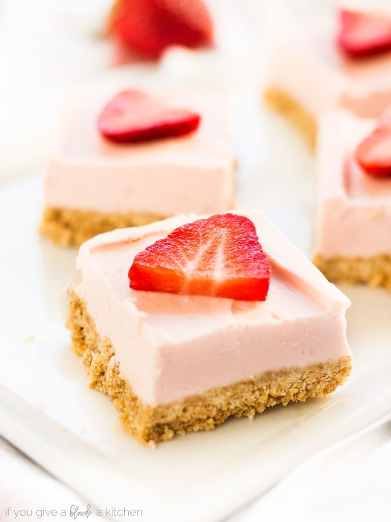 No bake strawberry cheesecake bars recipe is easy and delicious. Make it with graham crackers, cream cheese, strawberries and confectioners' sugar.