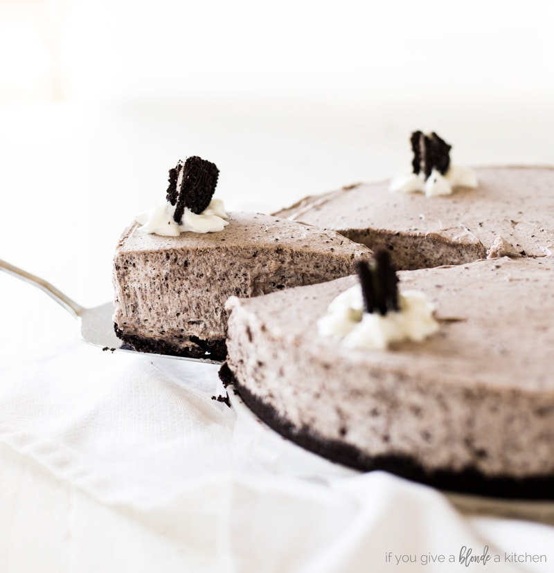 no bake oreo cheesecake recipe slice leaving the cake on a place with cake serving knife